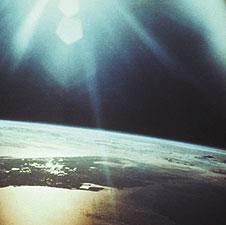 太陽、地球、月が起す干潮、満潮は、人間の身体にも影響