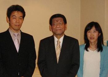 左から片平、川上氏、高井